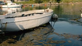 Suportes oxidados velhos do barco de pesca amarrados ao cais vídeos de arquivo