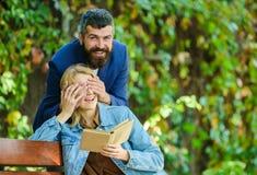 Suposição que conceito do frienship os amigos felizes encontram-se no parque o par no amor tem a data romântica exterior eyef pró fotos de stock