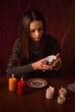 Suposições da menina nas folhas de chá fotos de stock royalty free