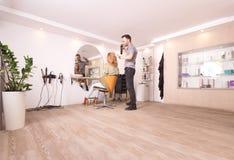 Suposición grande internacional moderna del pelo de la trabajadora del peluquero del salón de pelo Imágenes de archivo libres de regalías