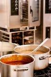 Suppe auf dem Ofen stockfotos