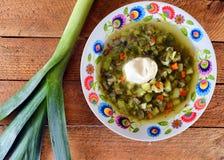Suppe auf einem hölzernen Hintergrund Stockfotos