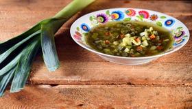 Suppe auf einem hölzernen Hintergrund Lizenzfreie Stockbilder
