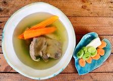 Suppe auf einem hölzernen Hintergrund Stockbilder