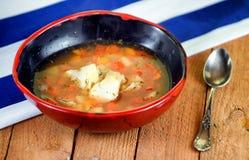 Suppe auf einem hölzernen Hintergrund Stockbild