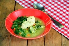 Suppe auf einem hölzernen Hintergrund Lizenzfreie Stockfotografie