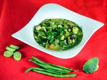 Suppe auf einem hölzernen Hintergrund Stockfotografie