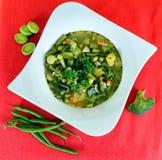 Suppe auf einem hölzernen Hintergrund Lizenzfreie Stockfotos