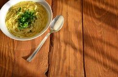 Suppe auf einem hölzernen Hintergrund lizenzfreies stockfoto