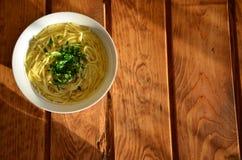 Suppe auf einem hölzernen Hintergrund lizenzfreies stockbild