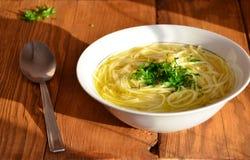 Suppe auf einem hölzernen Hintergrund stockfoto