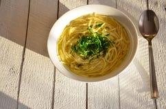 Suppe auf einem weißen hölzernen Hintergrund lizenzfreie stockbilder