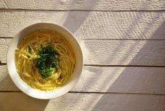 Suppe auf einem weißen hölzernen Hintergrund lizenzfreie stockfotos
