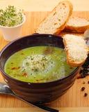 Suppe der grünen Erbse stockbild