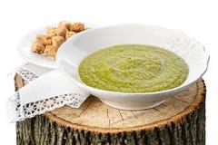Suppe der grünen Erbse mit Croutons auf dem Stummel Lizenzfreies Stockbild