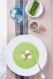 Suppe der grünen Erbse mit Frühlingszwiebel und -mozzarella Lizenzfreie Stockfotografie