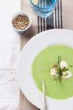 Suppe der grünen Erbse mit Frühlingszwiebel und -mozzarella Stockfotos