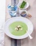Suppe der grünen Erbse mit Frühlingszwiebel und -mozzarella Lizenzfreie Stockbilder