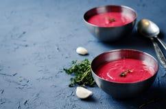 Suppe der Kartoffel-roten Rübe mit Thymian Stockfotos