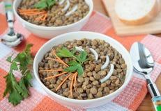 Suppe der Linsen mit Karotten Stockfotos