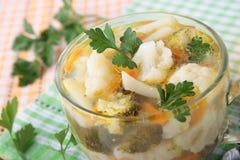 Suppe des Brokkolis und des Blumenkohls in der Schüssel Lizenzfreie Stockfotos