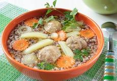 Suppe des Buchweizens mit Fleischklöschen Lizenzfreie Stockbilder