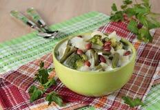Suppe des Kohls, des Brokkolis, des Blumenkohls, der Bohnen und der Creme Stockfotos