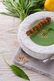 Suppe des wilden Knoblauchs mit Parmesankäse Stockfoto