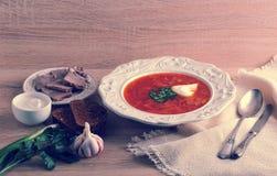 Suppe in einer Schüssel mit Dill, Sauerrahm und Schwarzbrot auf hölzernem b Stockfotos