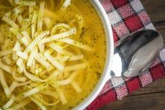 Suppe - Hühnersuppe in einer Schüssel Stockfotos