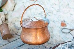 Suppe im alten kupfernen Kessel lizenzfreies stockfoto