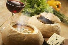 Suppe im Brot Stockfoto