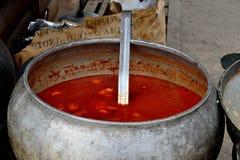Suppe im Gusseisengroßen kessel Lizenzfreies Stockbild