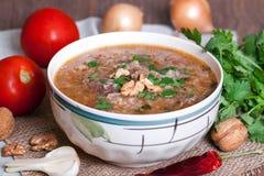 Suppe Kharcho, die traditionelle georgische Suppe mit Fleisch und Reis Stockfotografie