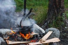 Suppe kochte in einem Topf auf dem Feuer Stockfotografie