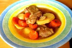 Suppe mit Bestandteilkarottenblumenkohlkartoffel-Petersilienpfeffer c lizenzfreies stockfoto