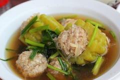 Suppe mit bitterer Melone mit Schweinekoteletts Stockbild