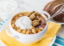 Suppe mit Bohnen und Schweinefleischrippen stockfotos
