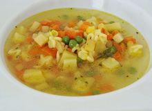 Suppe mit Buchstaben und Gemüse Lizenzfreie Stockbilder