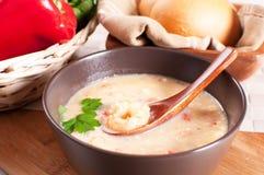 Suppe mit Garnele, rotem grünem Pfeffer und Abendessenbrötchen Lizenzfreies Stockfoto