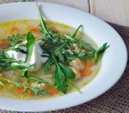 Suppe mit einem Basilikum, Karottenfleischklöschen Stockfotografie