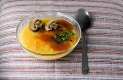 Suppe mit Erbsen und Pilzen Lizenzfreie Stockfotos
