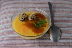 Suppe mit Erbsen und Pilzen Lizenzfreies Stockfoto