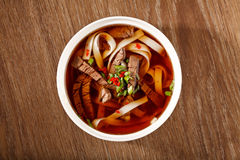 Suppe mit Fleisch und Nudeln Stockfotografie