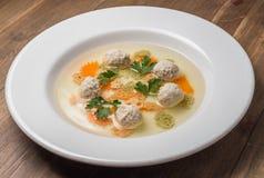 Suppe mit Fleischklöschen und Nudeln Stockbilder