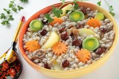 Suppe mit Gerste, Pilze Stockbilder