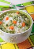 Suppe mit grünen Erbsen, Reis und Karotten Lizenzfreie Stockfotos