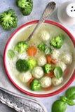 Suppe mit Hühnerfleischklöschen, Reis, Brokkoli und grüner Erbse Spitze VI Stockfotos