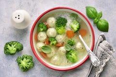 Suppe mit Hühnerfleischklöschen, Reis, Brokkoli und grüner Erbse Spitze VI Stockbilder