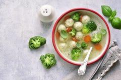 Suppe mit Hühnerfleischklöschen, Reis, Brokkoli und grüner Erbse Spitze VI Lizenzfreies Stockfoto